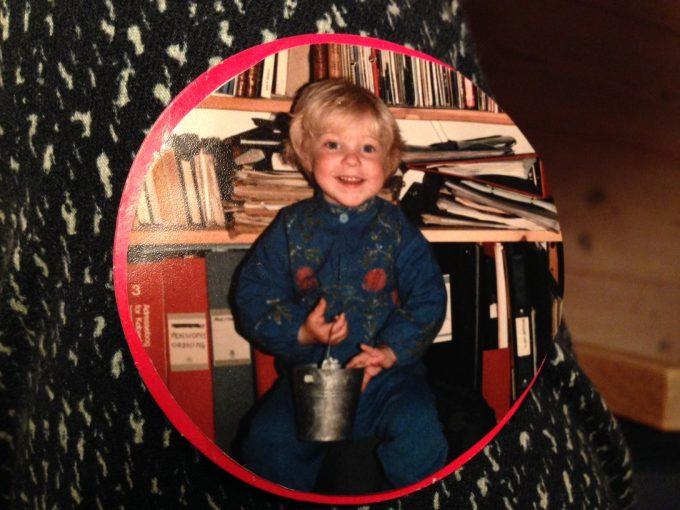Fotoet der hang på min plads i børnehavegarderoben