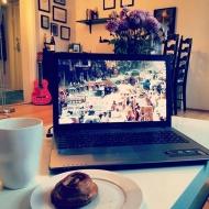 Opvask i køkkenet - men kaffe og kage på sofaen på en fridag!