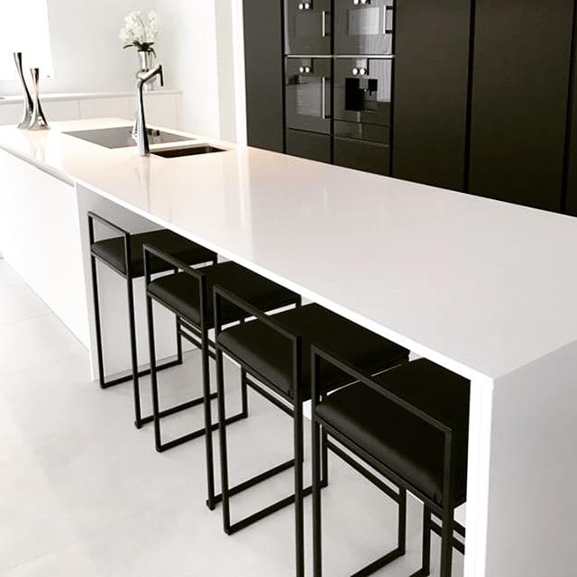 by-crea-svart-barstol-black-pearl-polyester-1