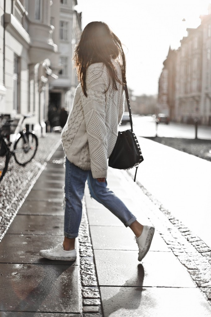 Oversized knit, ripped jeans, mowoblog, blogger style, bucket bag, outfit, knit outfit, knit style, denim and knit, knit and denim, marble sneakers, shein jeans, sheinside jeans, axel arigato sneakers, axel arigato marble sneakers, marble sole, marmor sneakers, cable knit, ripped jeans outfit inspiration, jeans outfit inspiration, mom jeans, boyfriend jeans outfit, mom jeans outfit inspiration, luana italy, monja wormser