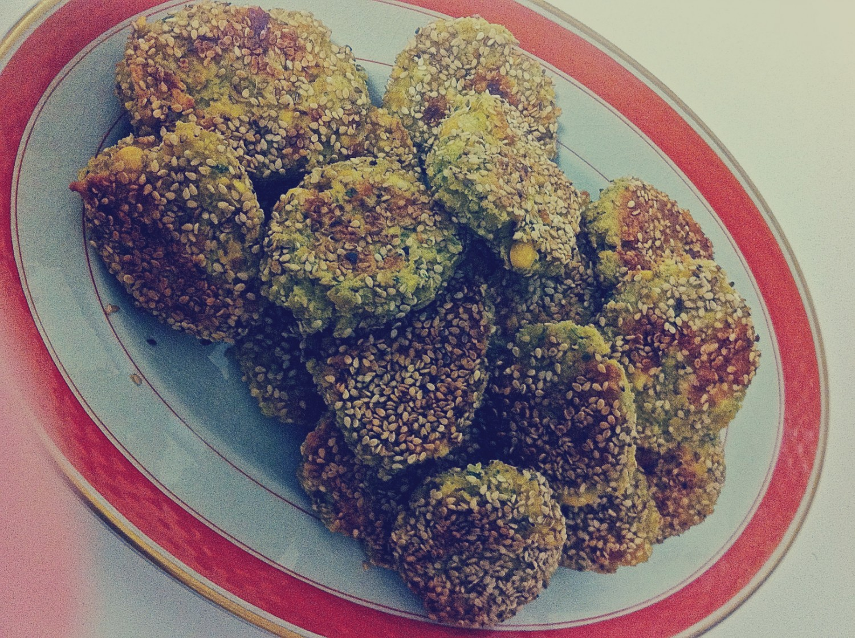 Hjemmelavede falafler med sesam