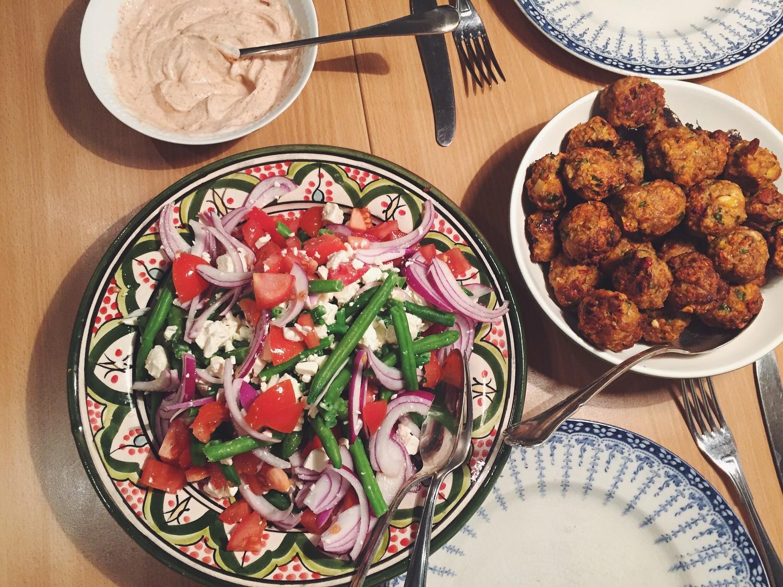 Spicy kødboller med bønnesalat og paprikadressing
