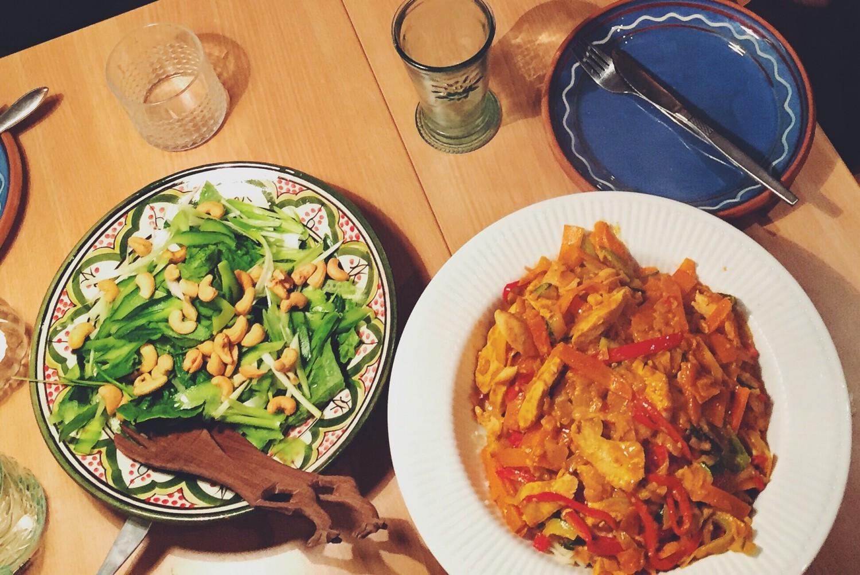 Rød thaiwok med kylling og grønsager