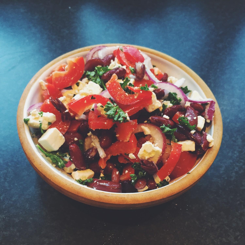 Salat med kidneybønner, persille og feta