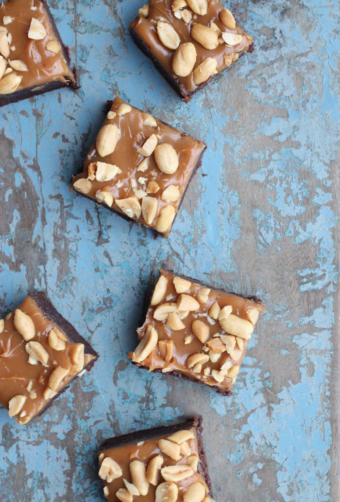 Brownie med karamel og salte nødder på toppen