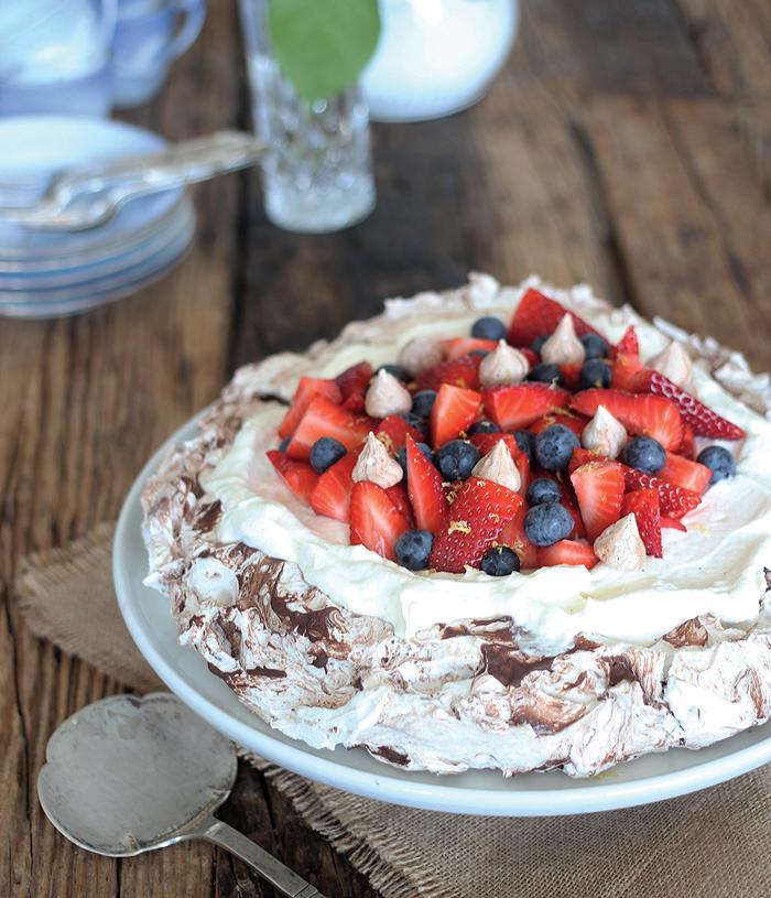 Pavlova med chokolademarengs og friske bær