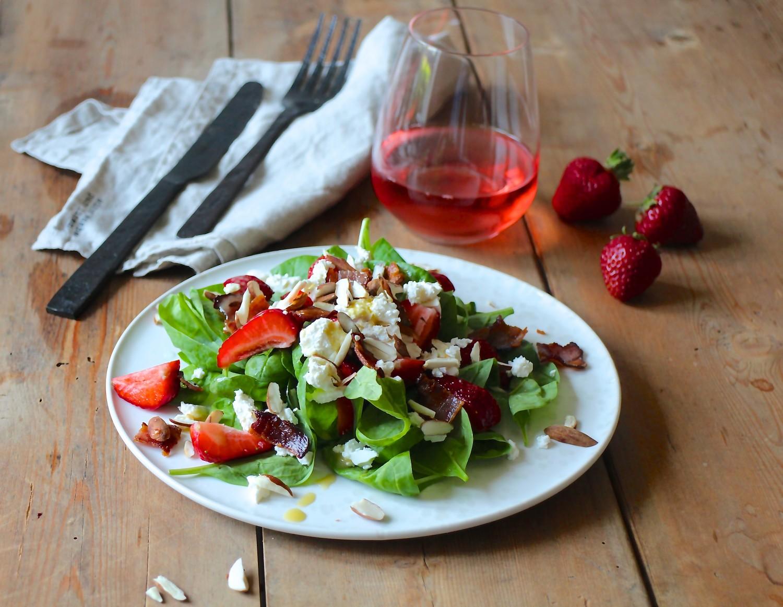 Jordbærsalat med bacon og ristede mandler