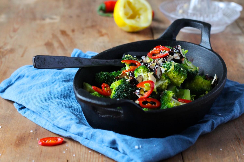 Broccoli med chili og honning/teriyakiristede mandler