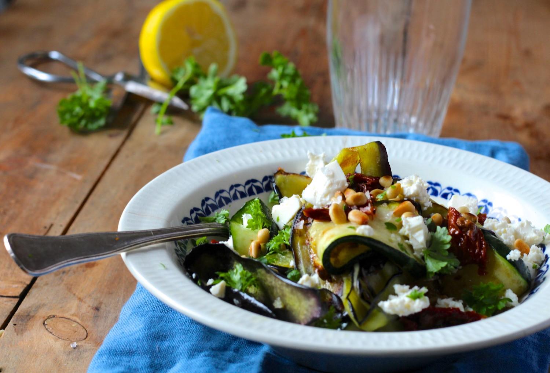 Stegte grøntsager med feta og pinjekerner