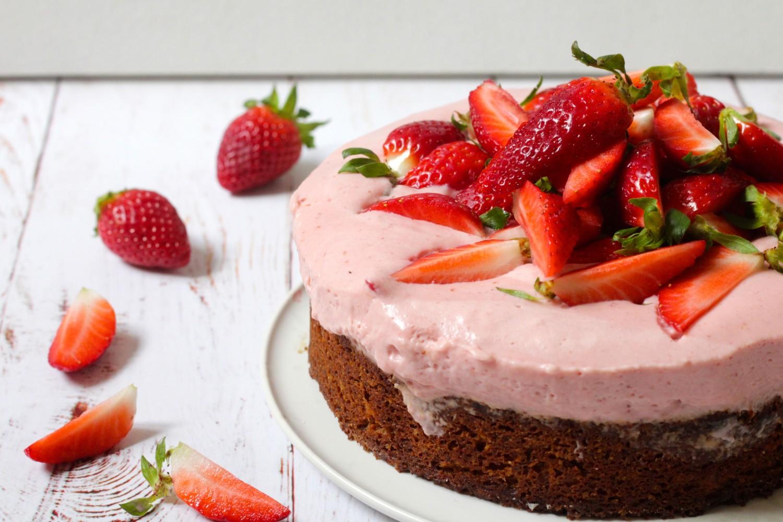 Hasselnøddebund med jordbærmousse