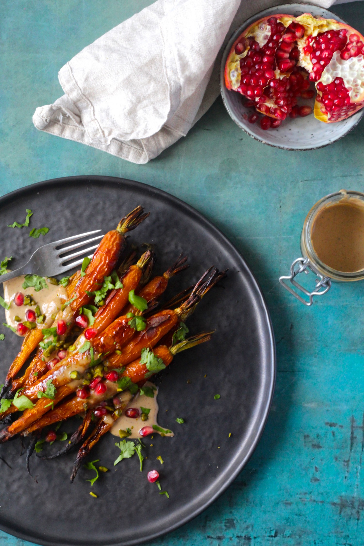 Honningbagte gulerødder med tahindressing