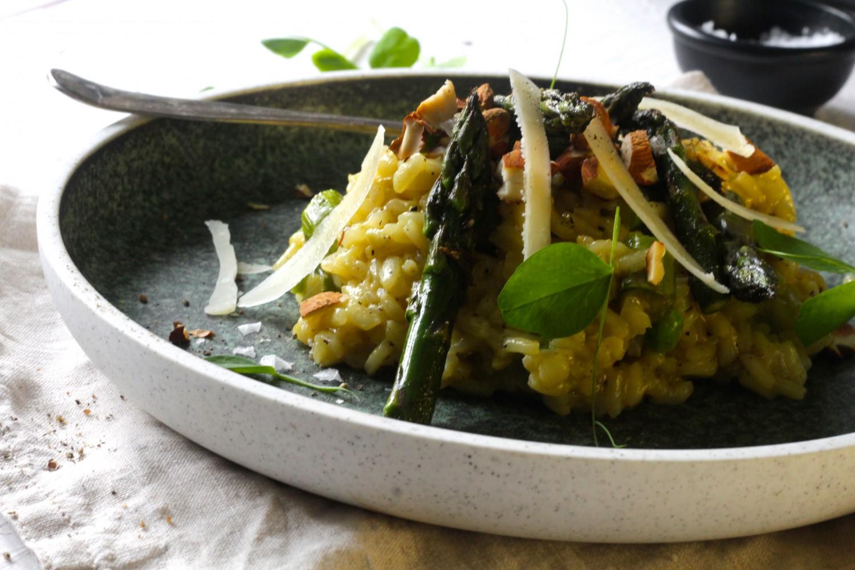 Vegetarisk sommerrisotto med asparges og ærter