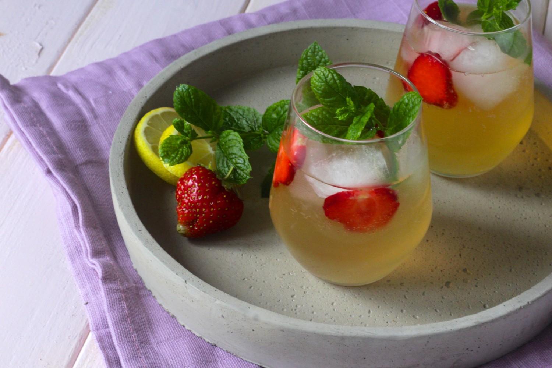 Sommerdrink med gin og hyldeblomst