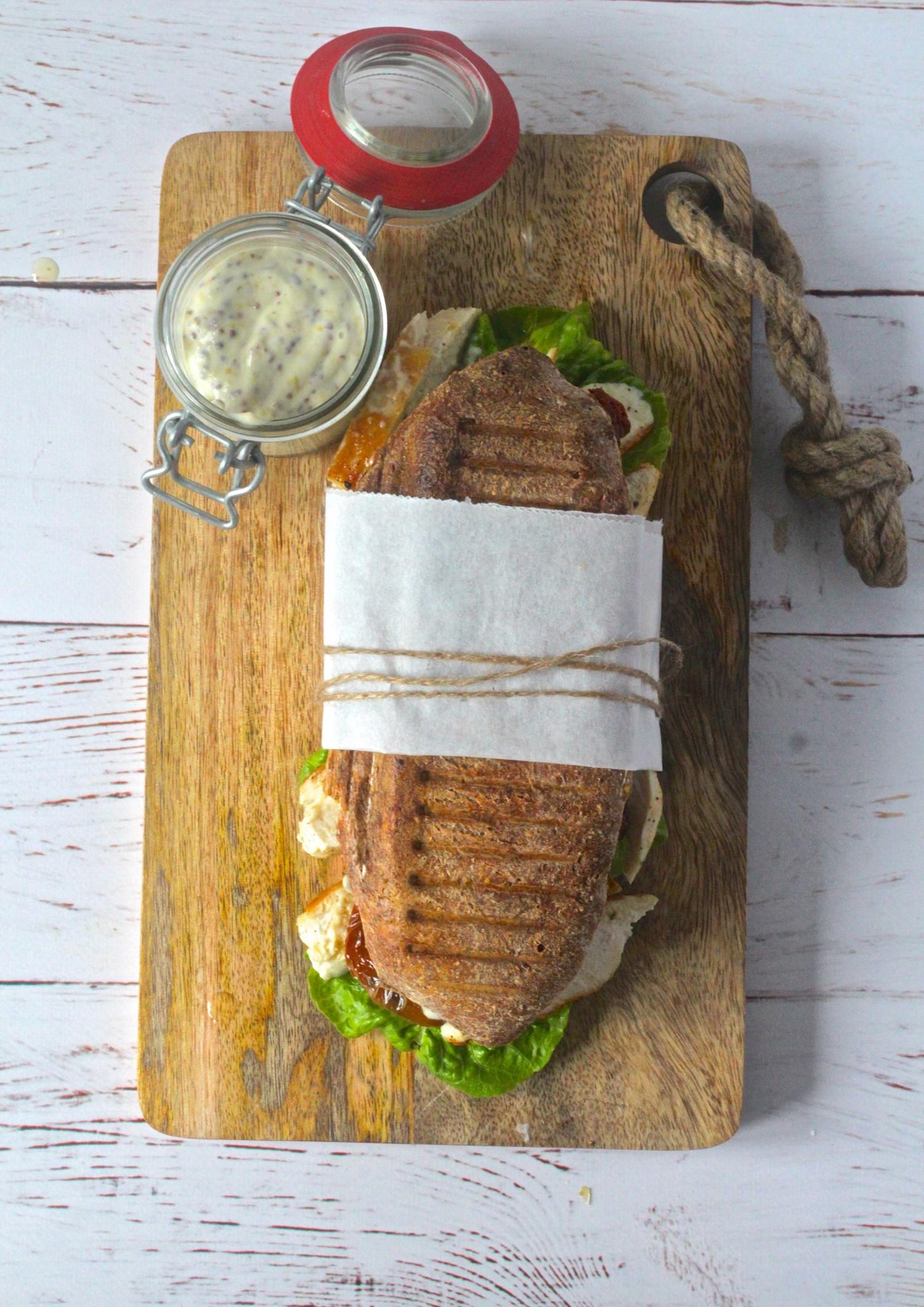 Grillet surdejssandwich med kylling og soltørrede tomater