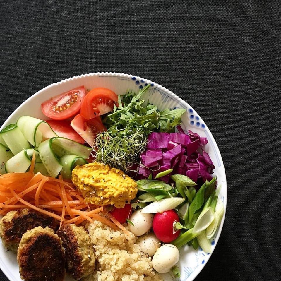 Quinoa bowl med falafel og hummus.