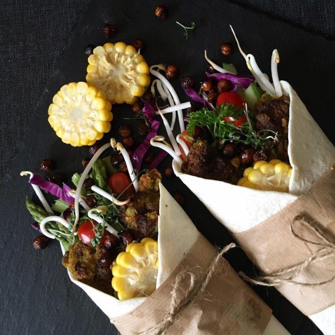 Glutenfrie wraps med butternut squash-falafel og kikærteknas.
