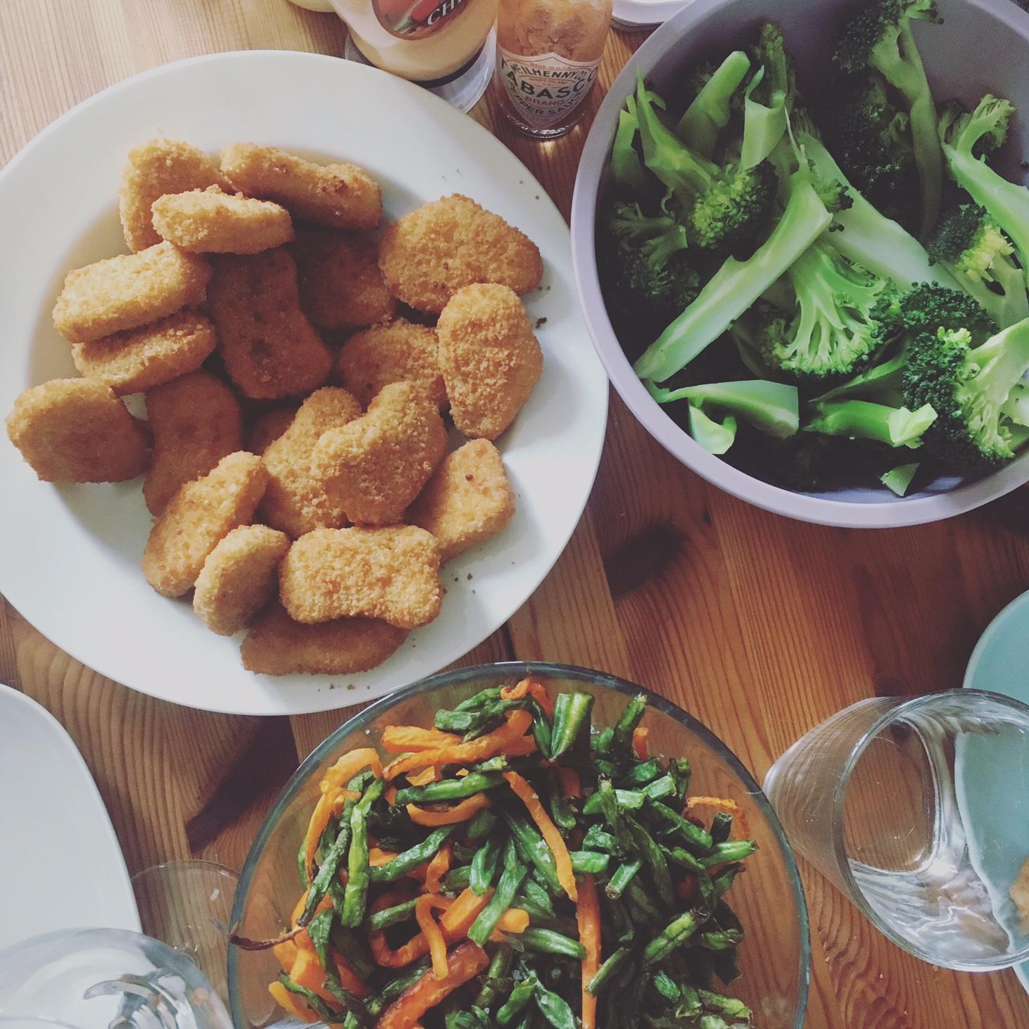Et bud på hurtig mad kunne være quornnuggets, dampet broccoli og bagte gulerødder og bønner, som vi fik i går. Med chilimayo. Perfekt søndagsmad!