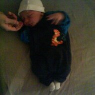 Min lille dreng i sit første sæt tøj. Han er her 2 timer gammel