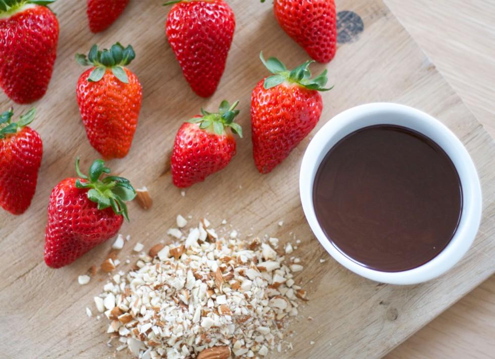 jordbær-med-chokolade-og-hakkede-mandler