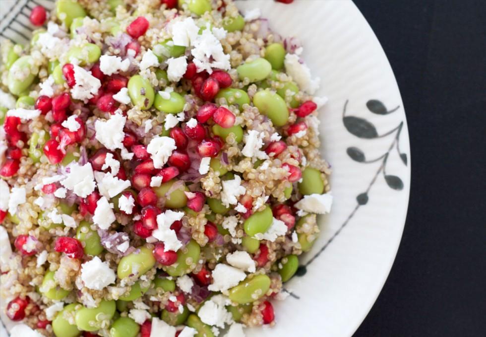salat-med-soja-bønner-granatæble-feta-og-quina