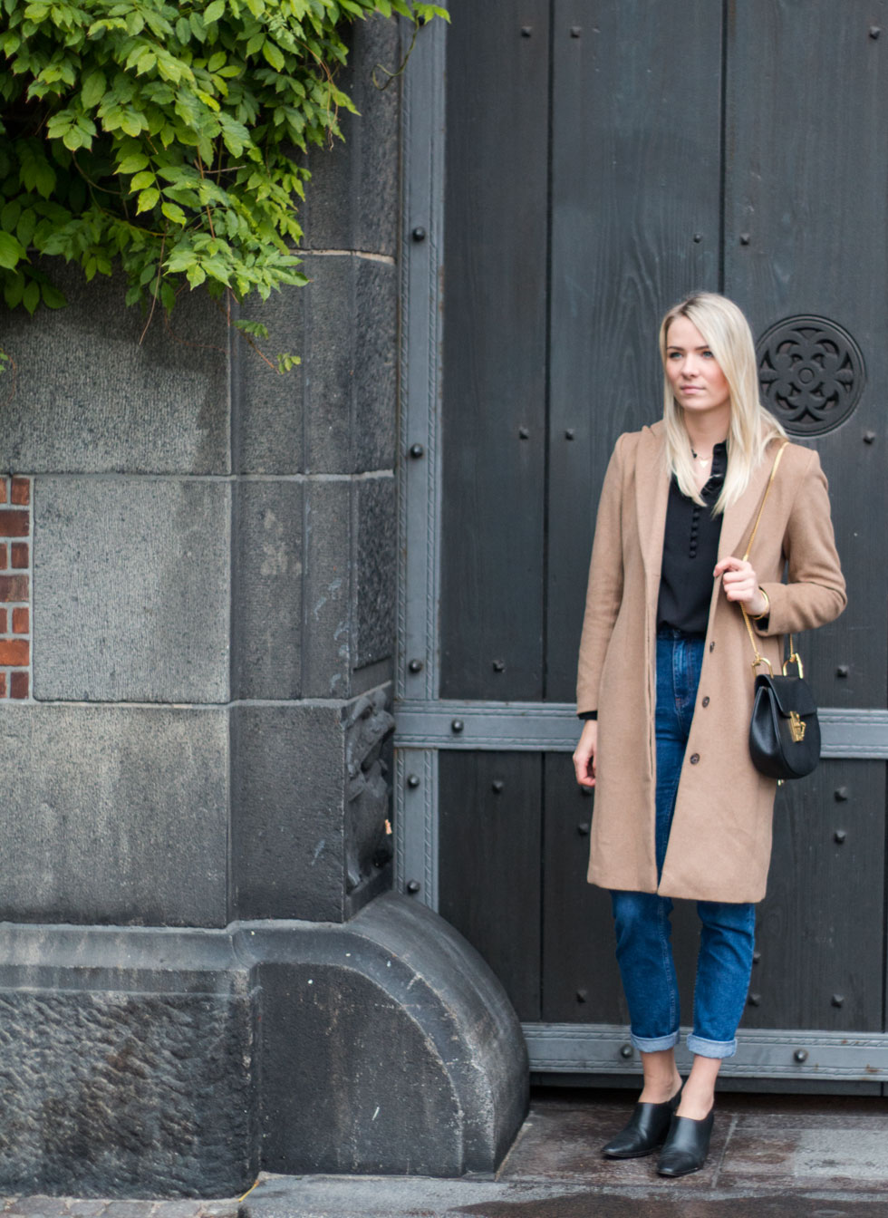 mom-jeans-camel-coat