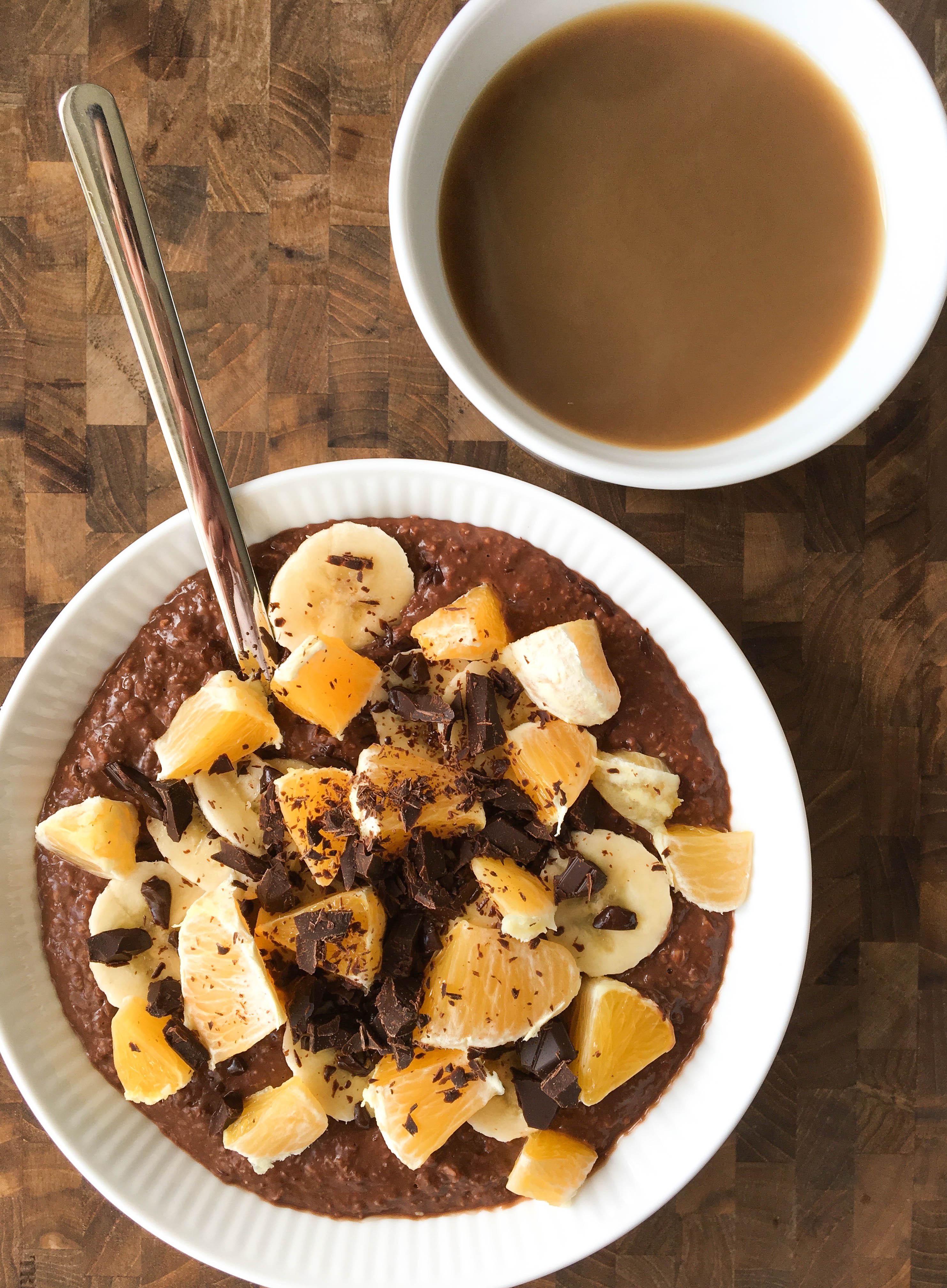 chokoladegrød med banan, appelsin og kaffe