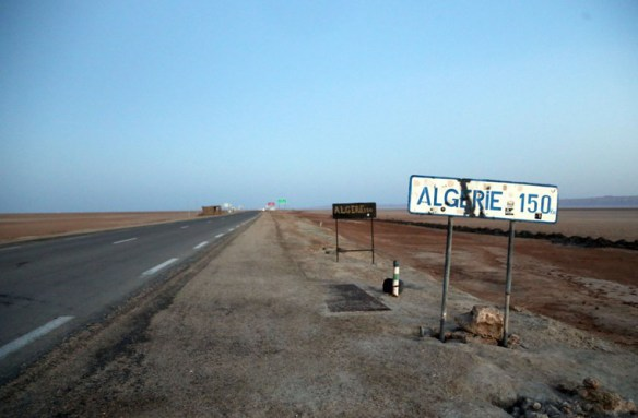 Tunesien_landevej_Algeriet_vejskilt
