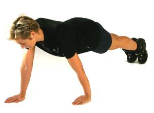 Staggered_push_up_kropsvaegttraening_Muskeltraening_bog