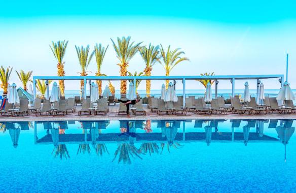 Balance_by_pool_Cypern_Marina_Aagaard_fitness_blog