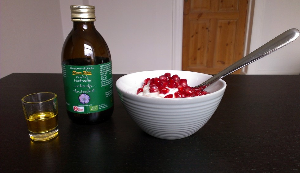 Min morgenmad i dag; skyr med granatæblekerner og et shot hørfrøolie :)