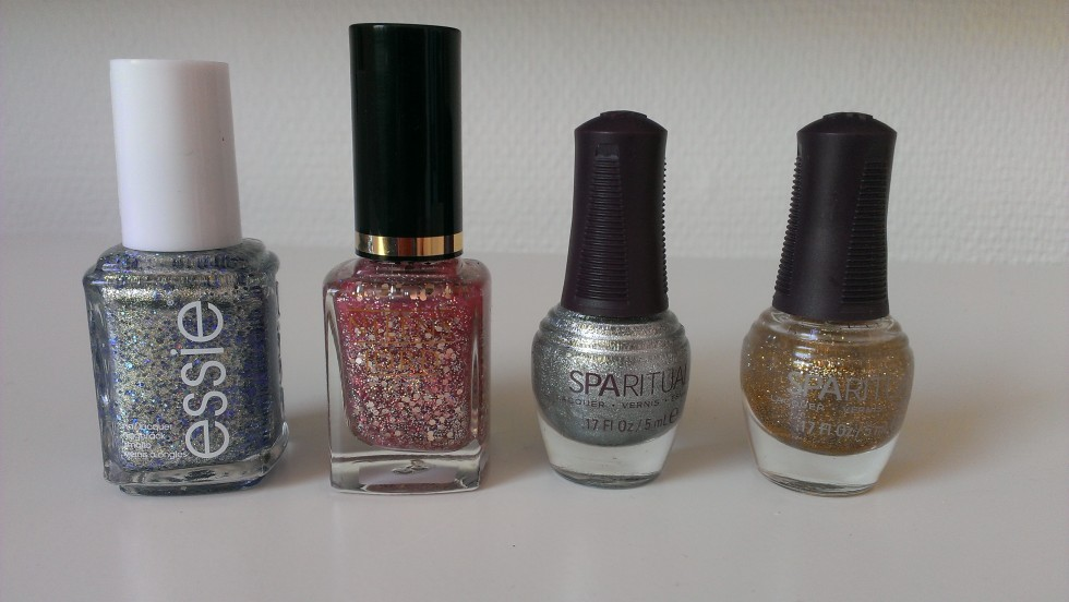 Fra venstre: Essie - On a Silver Platter, Nilens Jord - 693, Spa Ritual - Looking Glass shimmer, Spa Ritual - Golden Rule glitter.