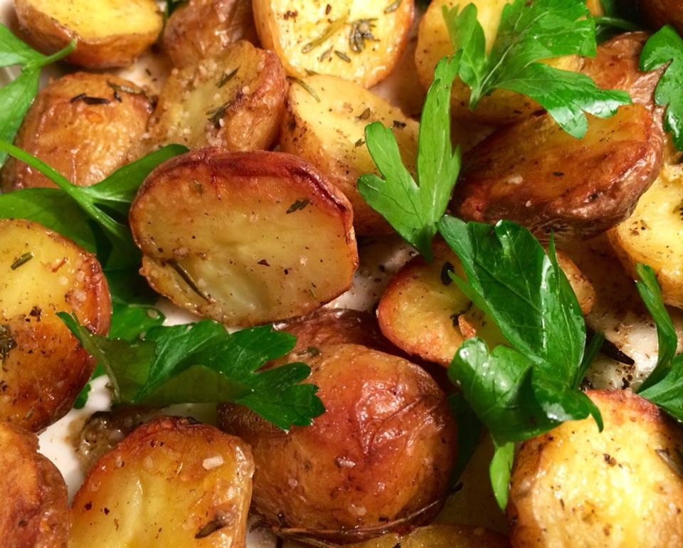 Langtidsstegt kalvecuvette med gorgonzolasovs, sprøde krydderurte-kartofler og dampet grønt med ...
