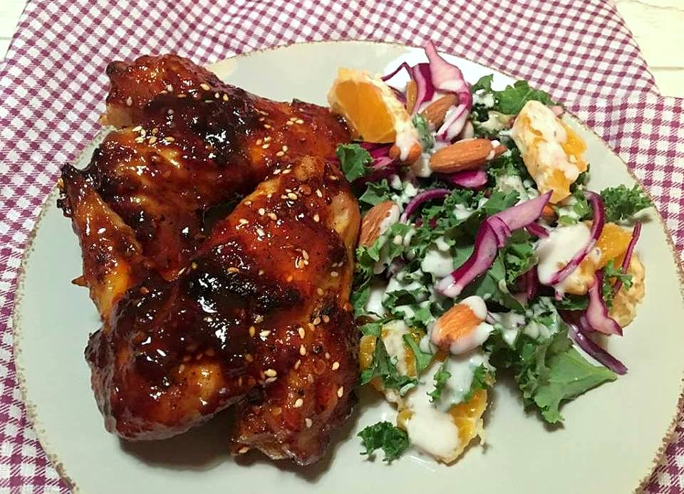 hot-wings-og-to-kaalssalat-med-kokos-mormordressing-mm