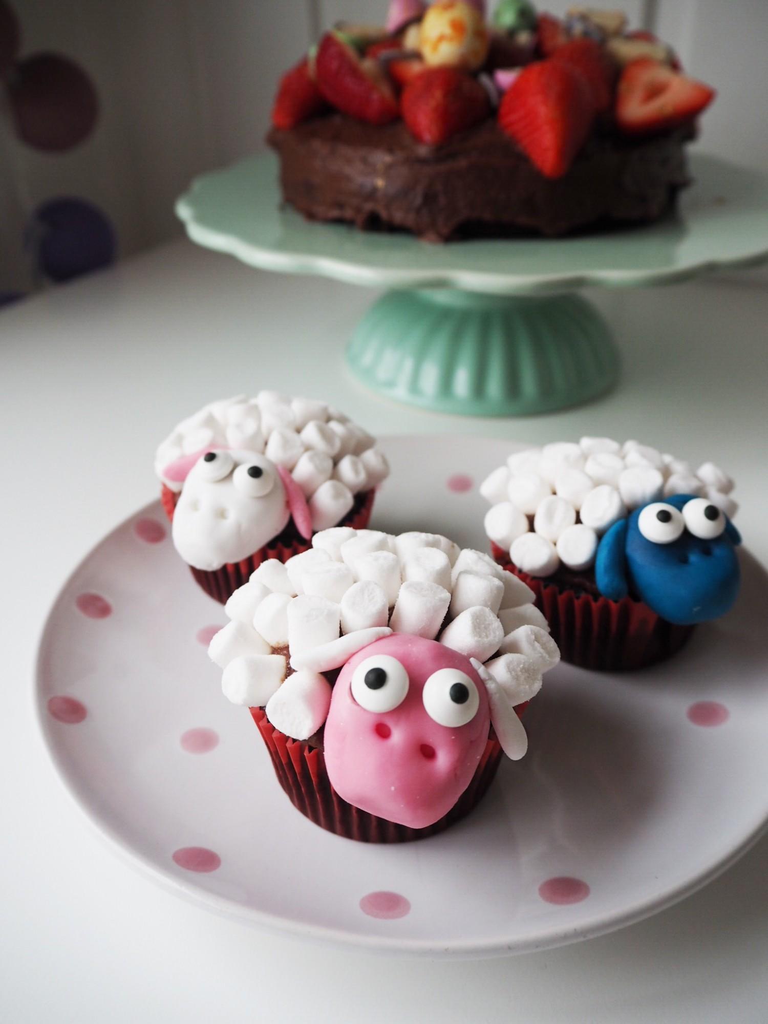 Lav eventuelt fårene med forskellige farver fondant og farvede mini skumfiduser til påskebordet