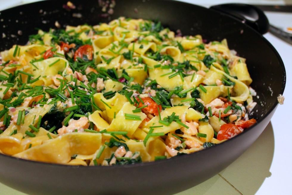 pasta med laks, spinat og tomater