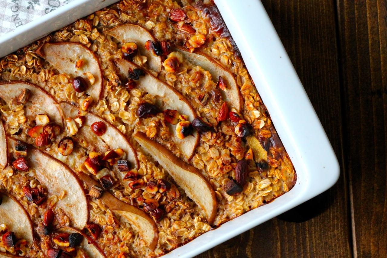 Bagt grød med pærer, dadler og nødder