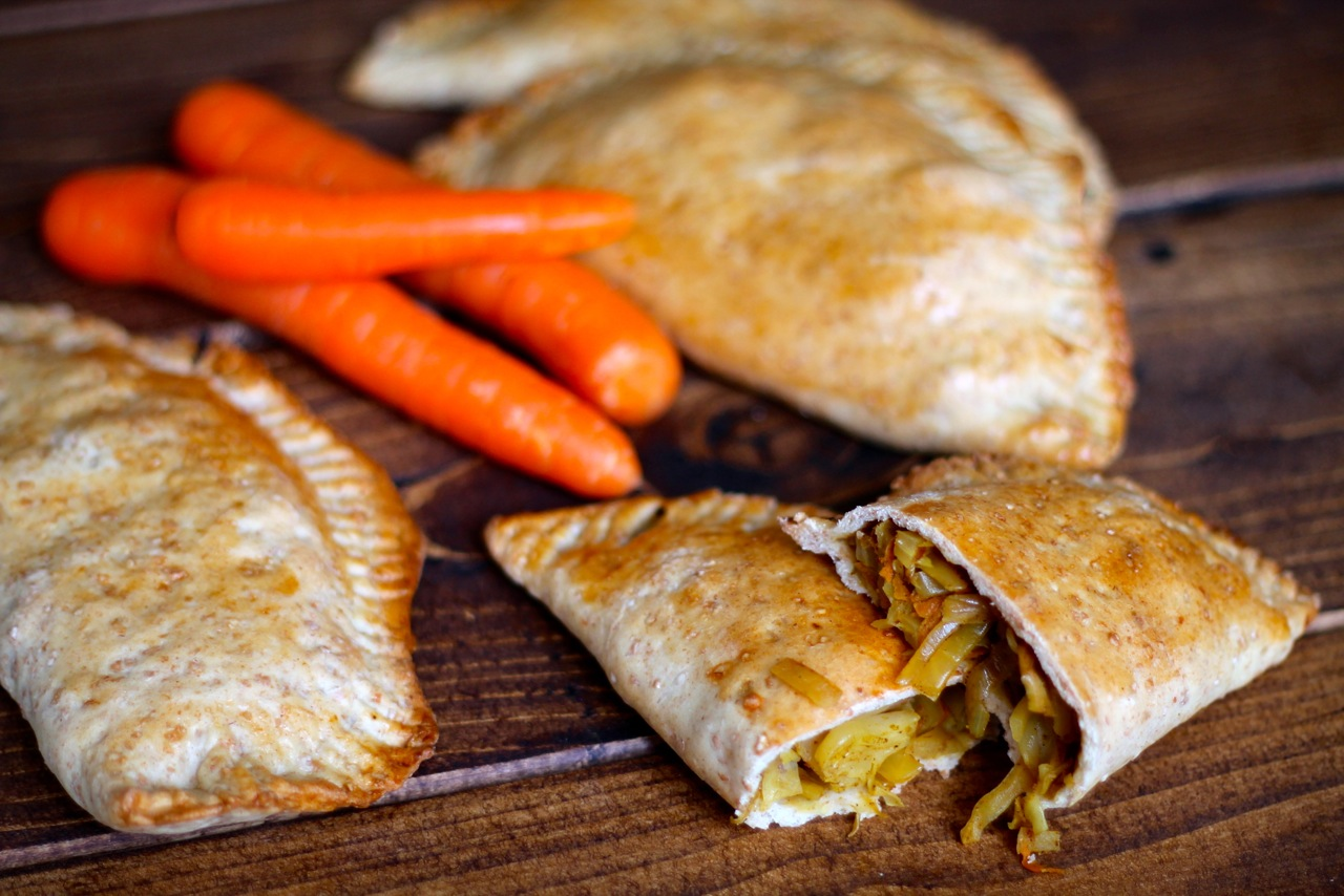 Pirogger med karry, kål og gulerødder