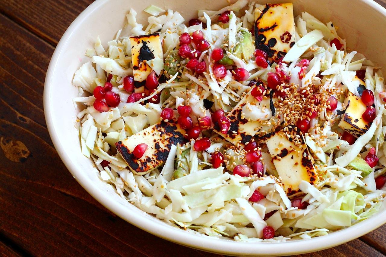 Kålsalat med grillost, avocado og tahindressing