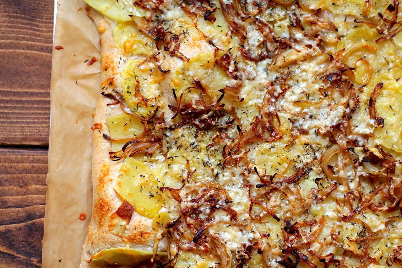 Hvid pizza med kartofler, løg og ost