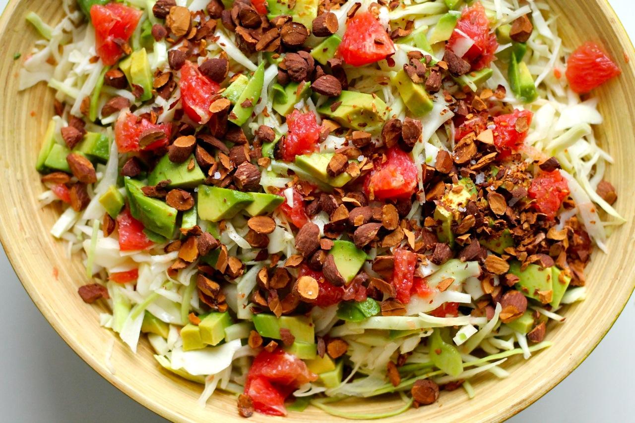 kålsalat med avocado, grape og saltede mandler