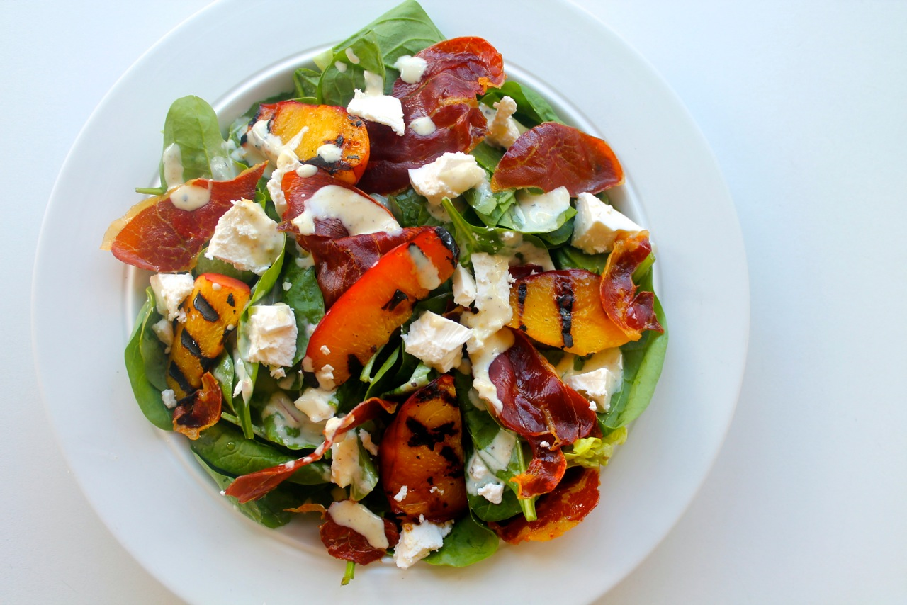 Sommer salat med nektariner, parma og sennepsdressing