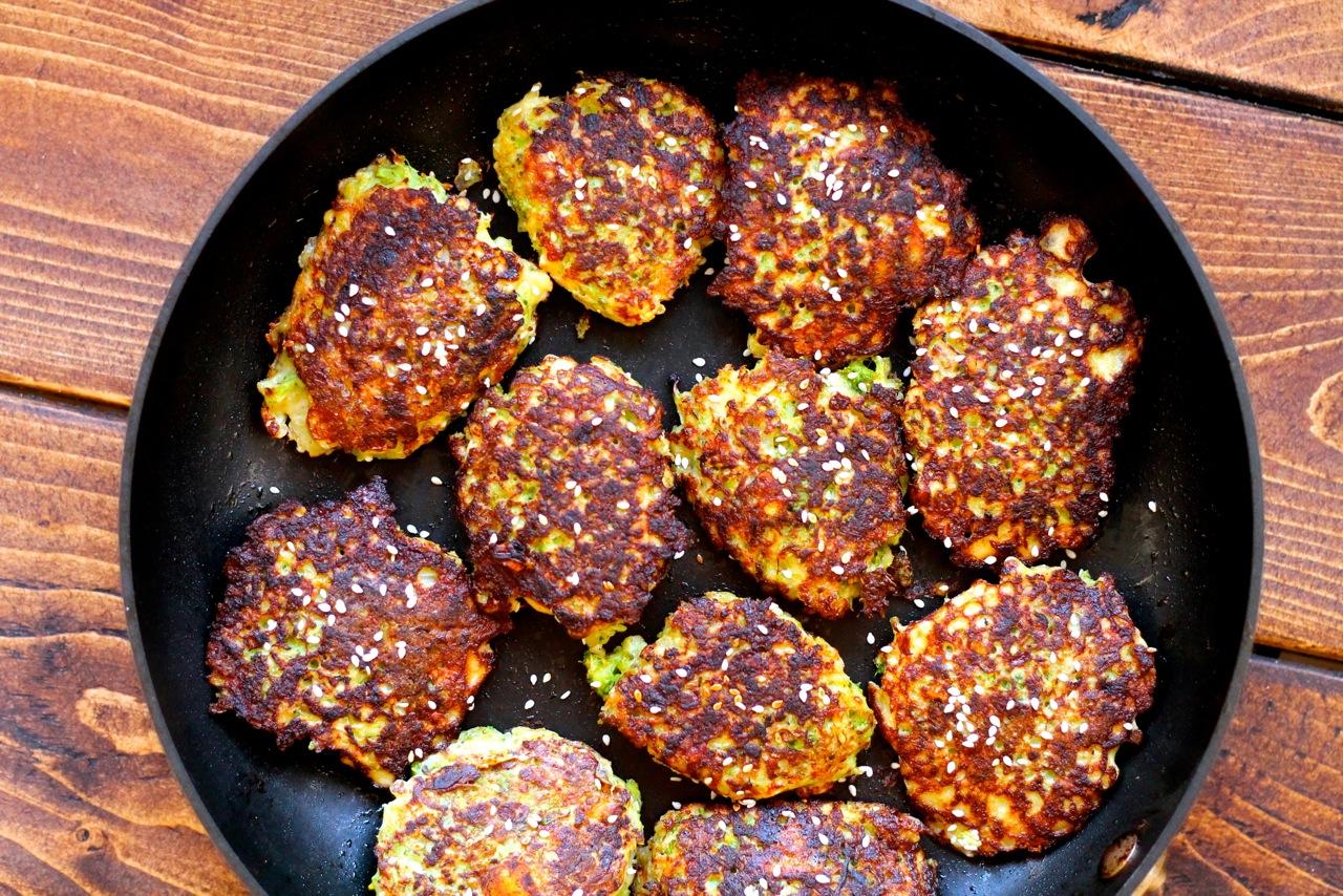 Sprøde broccoli deller med ost og sesamfrø