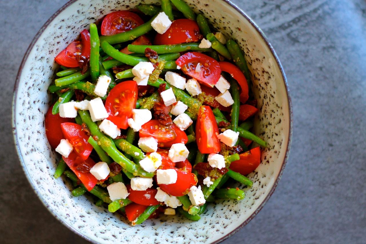 Bønnesalat med friske og soltørrede tomater, feta og pesto