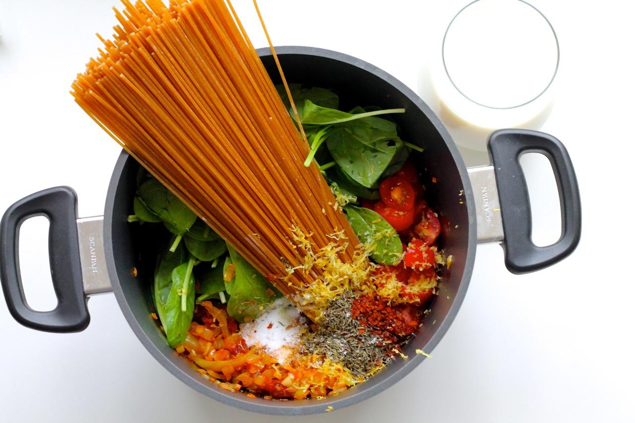 imgOne pot pasta med tomat, hvidløg, spinat og chorizo_3680