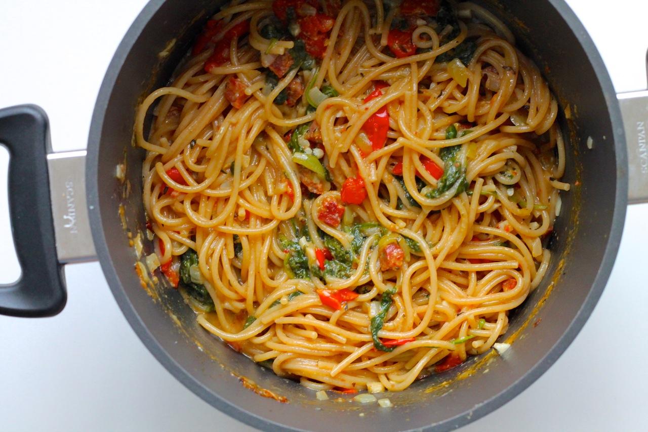 One pot pasta med tomat, hvidløg, spinat og chorizo