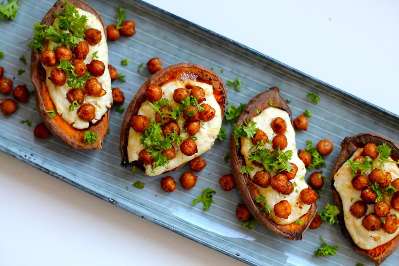 Ovnbagte søde kartofler med fetacreme, hvidløg og krydrede kikærter