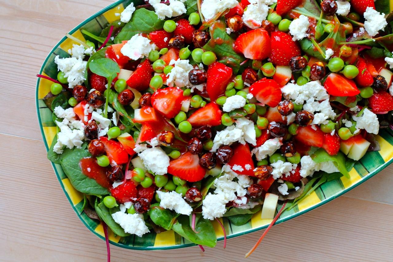 Sommersalat med ærter, feta, jordbærdressing og karamelliserede hasselnødder