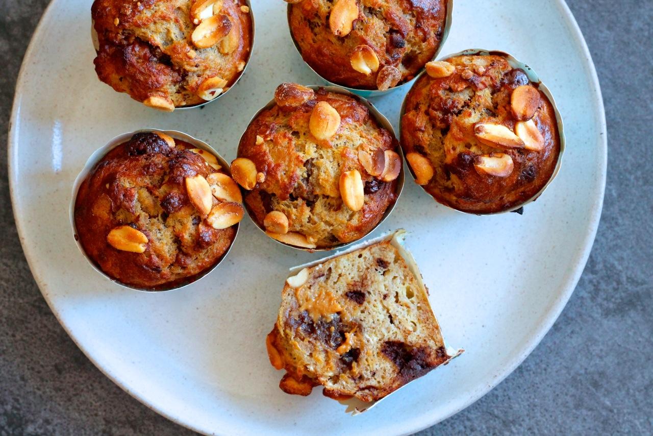 Snickers bananmuffins med peanutbutter-dadelkaramel og mørk chokolade