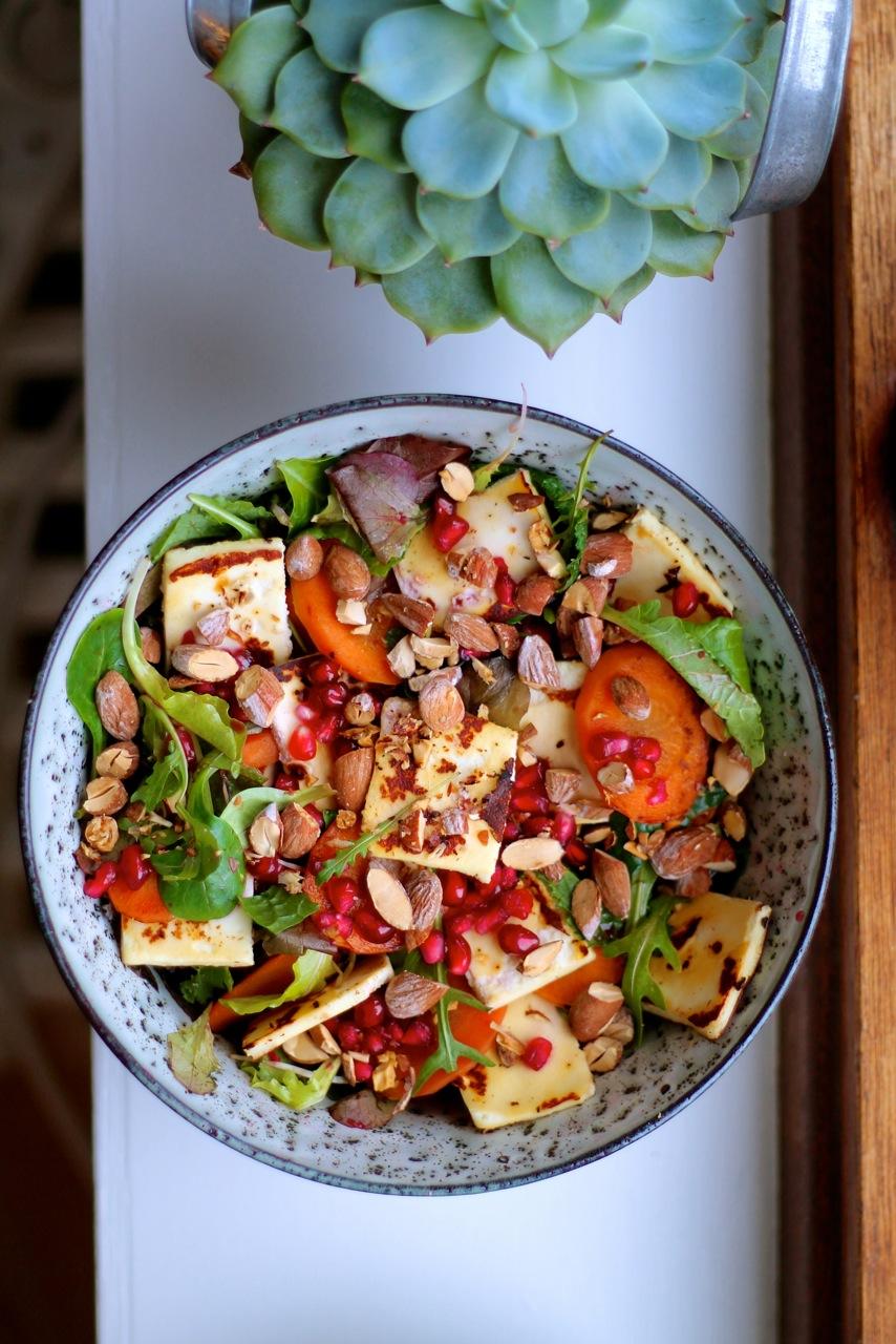 Salat med stegte gulerødder, granatæble, grillost og saltmandler
