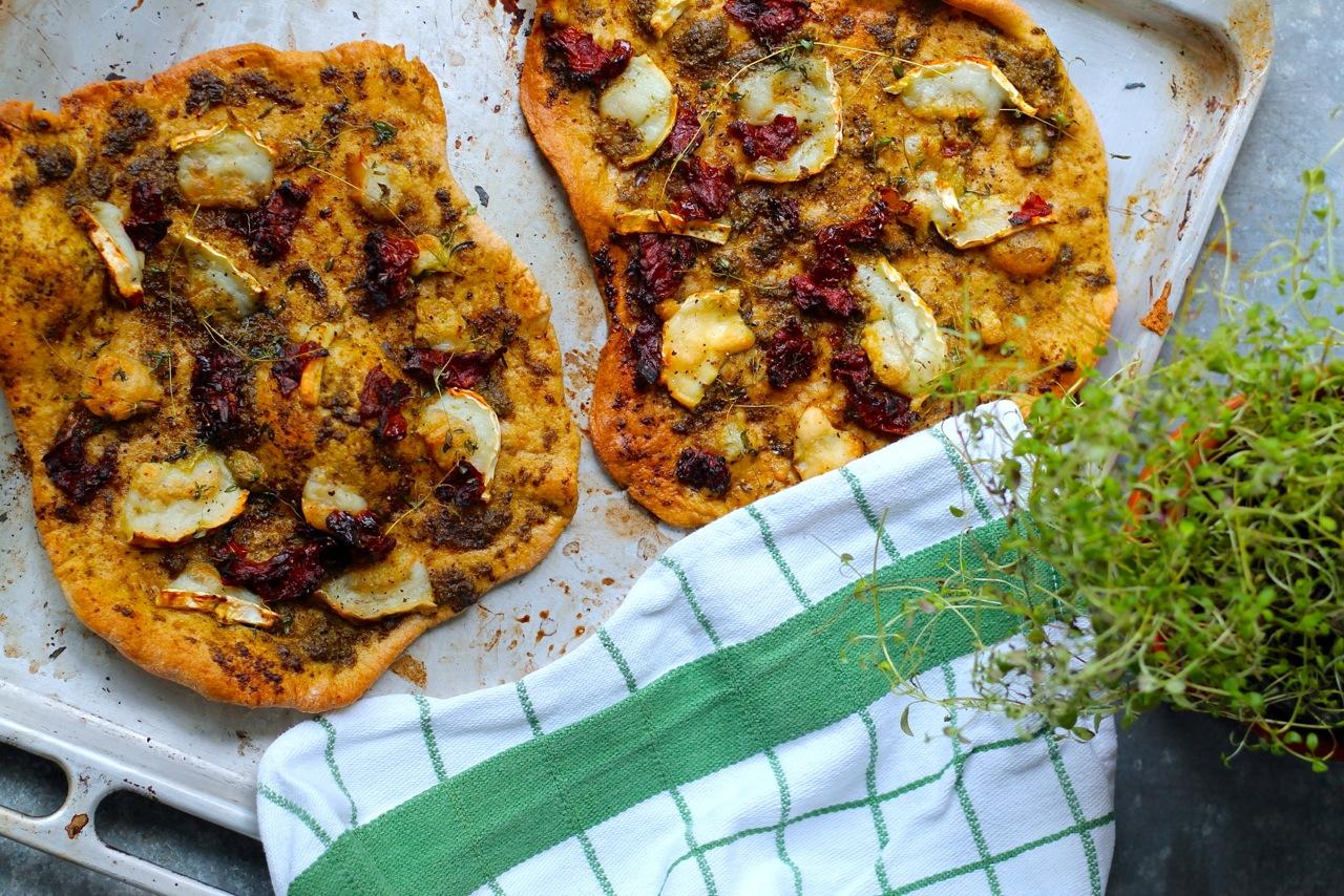 pizza med pesto, gedeost og soltørrede tomater